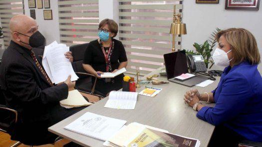 El abogado Ernesto Cedeño presentó a la Fiscal General de Cuentas, Waleska Hormechea una denuncia para que el proyecto del Corredor de las Playas sea auditado.
