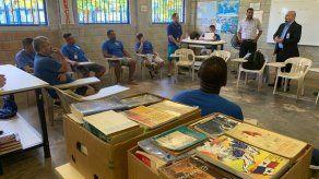 Escritor Daniel Matul visita a reclusos panameños para resocializarlos a través del arte