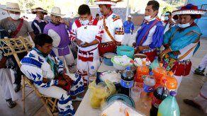 La mayoría de los indígenas caminó unas cuatro horas hasta llegar al punto de vacunación en la comunidad Nueva Colonia´.