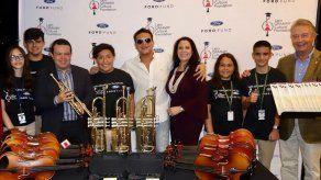 Colombiano Silvestre Dangond entrega instrumentos a una escuela de Florida