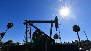 Baja más el petróleo cotizado en Nueva York para entrega en mayo y cierra a B/. -37