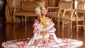 Señorita Panamá rinde honor a la patria vestida por primera vez con la pollera panameña