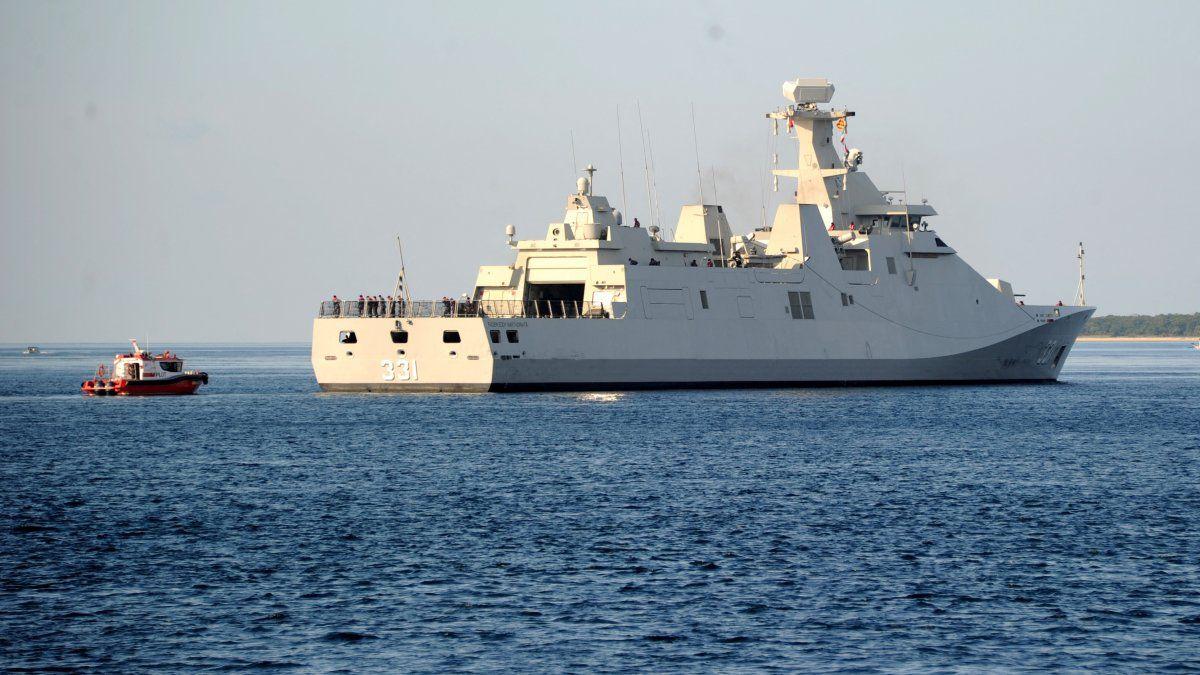 La lancha patrullera de la Armada de Indonesia KRI Raden Eddy Martadinata (331) se dirigió al sitio donde se encontró el submarino Nanggala 402 desaparecido.