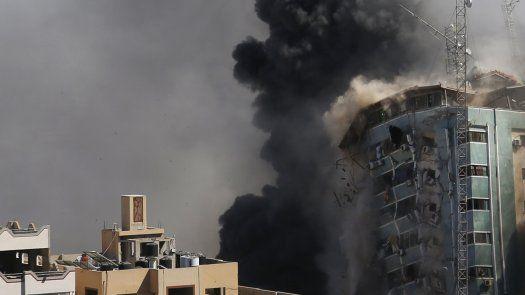 Un ataque aéreo israelí destruyó un edificio que albergaba las oficinas de la agencia de noticias The Associated Press (AP).