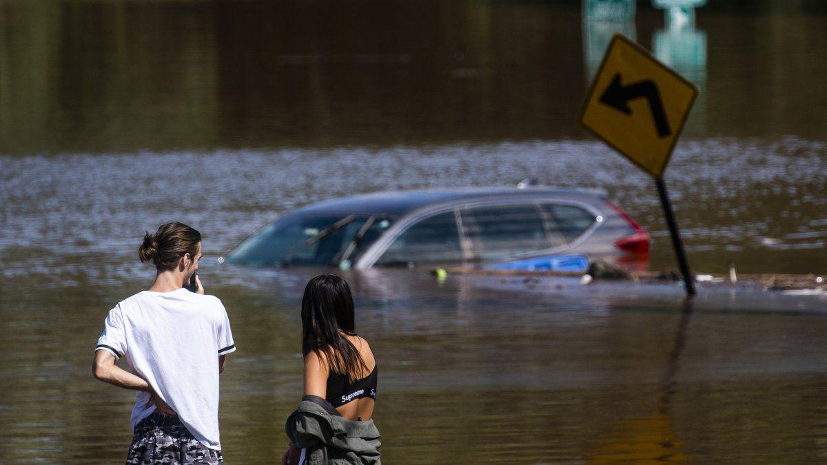 Al menos 50 personas murieron de Virginia a Connecticut por inundaciones súbitas en casas y corrientes de agua que se tragaron vehículos y sobrepasaron los sistemas de drenaje urbano.