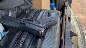 Unidad de la Policía Nacional coloca arma de fuego dentro del vehículo particular de una ciudadana, aduciendo docencia.