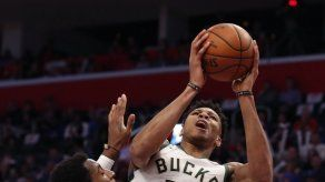 Antetokounmpo anota 41 y guía a Bucks a barrer a Pistons