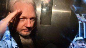 El padre de Julian Assange pide a Nueva Zelanda asilo para su hijo