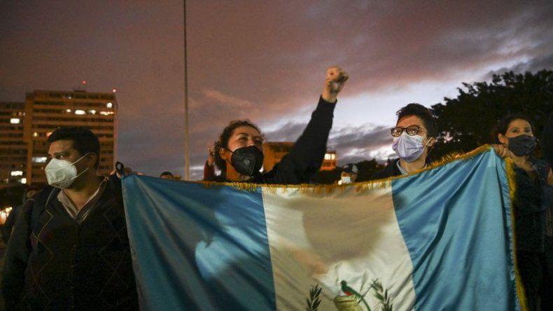 Guatemala inicia diálogo, pero siguen las protestas contra el presidente