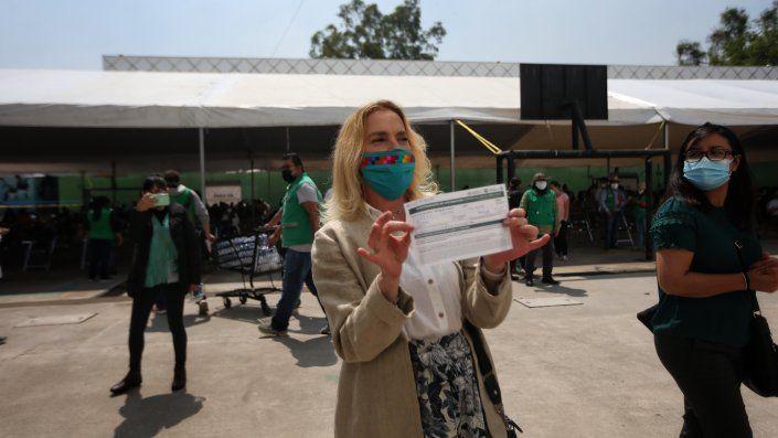 Beatriz Gutiérrez Müller, esposa del presidente de México, Andrés Manuel López Obrador, muestra su comprobante tras recibir la primera dosis de la vacuna Pfizer contra la covid-19.