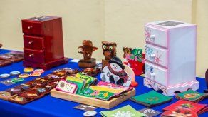 Artículos y muebles elaborados por privados de libertad son vendidos en feria de artesanías del Mingob
