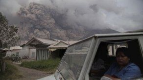 El volcán Sinabung de Indonesia arroja una espectacular columna de cenizas