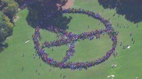 Miles de personas se unen a Yoko Ono para formar un símbolo de la paz