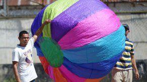 Volar globos y cometas aliviana paso por hacinada cárcel salvadoreña