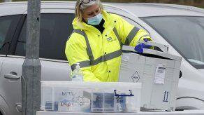Inglaterra incrementa las pruebas de covid tras detectar variante sudafricana