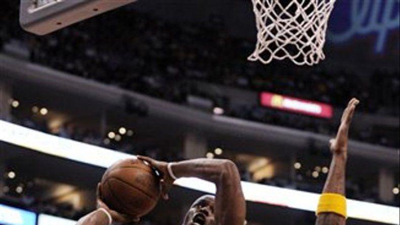 Nowitzki ayuda a Dallas a lograr lugar en playoffs