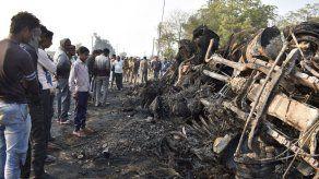 Choque de autobús en la India deja al menos 20 muertos