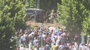 Primer ministro serbio insiste en reconciliación pese a sufrir pedrada en Srebrenica