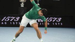 Djokovic sigue adelante en Australia tras romper raqueta