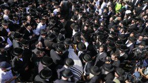 Judíos ultraortodoxos participan en el funeral de una víctima de la estampida.