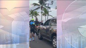 Conductor por poco atropella a un grupo de ciclistas en la Calzada de Amador