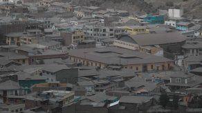 Ceniza volcánica afecta a seis provincias y obliga a cierre de un aeropuerto en Ecuador