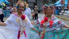 Delyanne Arjona y Karen Chalmers muestran con orgullo la pollera panameña