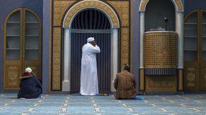 Mezquita en Atenas realiza primeros oficios de viernes