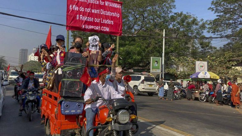 Líder de Myanmar pide unidad con ejército para la democracia