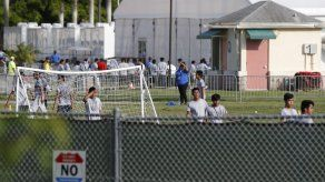 Jóvenes inmigrantes sufren en centros de detención en EEUU