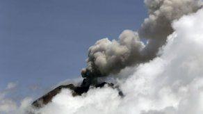 El volcán más activo de Ecuador extiende su ceniza por varias provincias