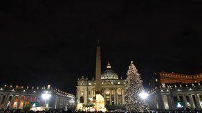 El Vaticano enciende su árbol y tiñe de Navidad la plaza de San Pedro