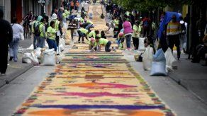 Guatemaltecos buscan nuevo récord Guinness por extensa alfombra religiosa