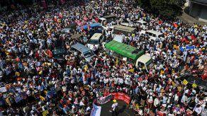 Centenares de miles de manifestantes en Birmania
