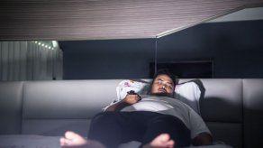 Estudio: Dormir con la TV encendida podría causar obesidad
