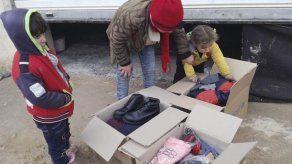 ONGs y Unicef reparten ropa de abrigo entre los desplazados sirios en Alepo