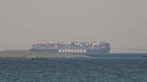 Expertos examinan el casco del mercante atrapado en Suez