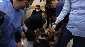 Médicos palestinos tratan de reanimar a un hombre en un hispital al noreste de la Franja de Gaza.