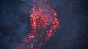 Imágenes compartidas por el Ejército de Guatemala mostraron el nuevo flujo volcánico avanzar lentamente.