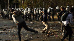 Bélgica: Chocan policía y multitud que se reunió para fiesta