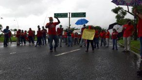Dueños y conductores de buses colegiales realizan protesta en la Cinta Costera