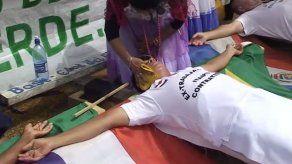 Exempleados de la represa Itaipú se crucifican como protesta en Paraguay
