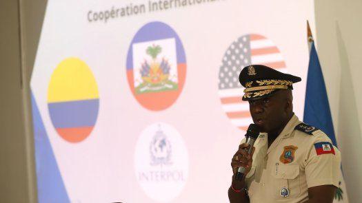 El director general de la Policía de Haití, Léon Charles, presentó ante la prensa una fotografía de la reunión en la que los supuestos cerebros del magnicidio.