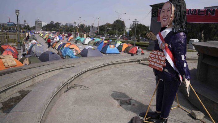 La incertidumbre electoral peruana, que aún no proclama a un ganador a más de un mes de las elecciones, es la más prolongada de la historia reciente del país.