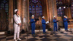 Coro canta en Catedral de Notre Dame tras incendio