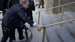 Reina Isabel II retira condecoración al exproductor estadounidense Harvey Weinstein