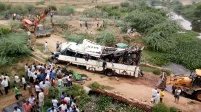 Autobús cae de puente en norte de la India; hay 29 muertos