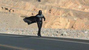 Corre a 53 grados vestido de Darth Vader en busca del récord Guinness