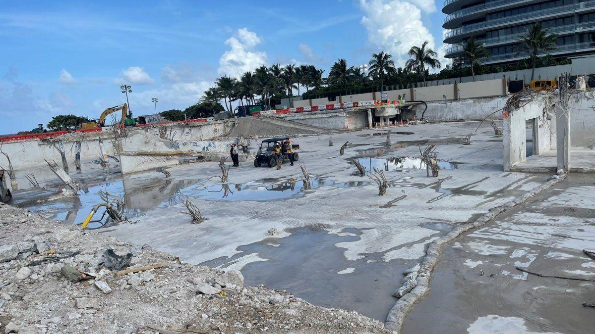 Se muestra el solar donde hasta hace poco había una montaña de escombros de un edificio residencial cuya mitad colapsó y la otra fue derrumbada en el condado de Miami-Dade.