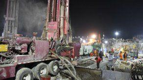 Esfuerzos frenéticos por llegar a mineros atrapados en China